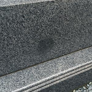 劣化した墓石