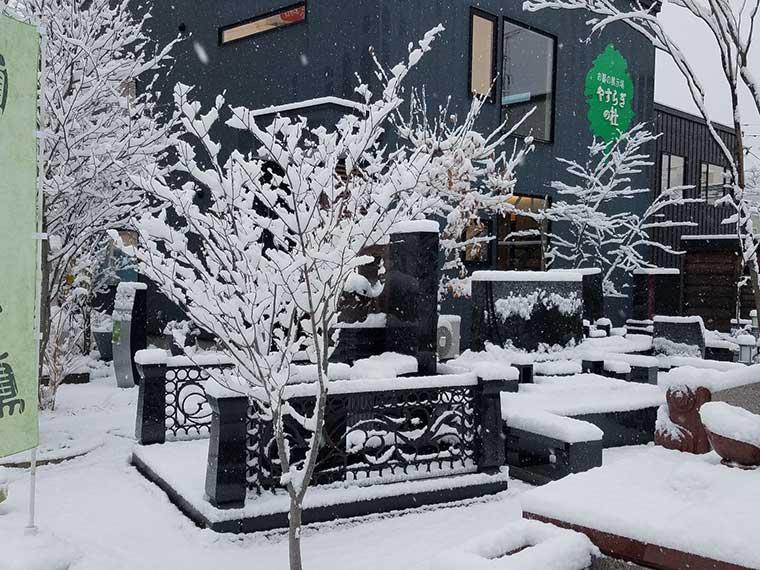 北海道札幌営業所 墓石と雪景色