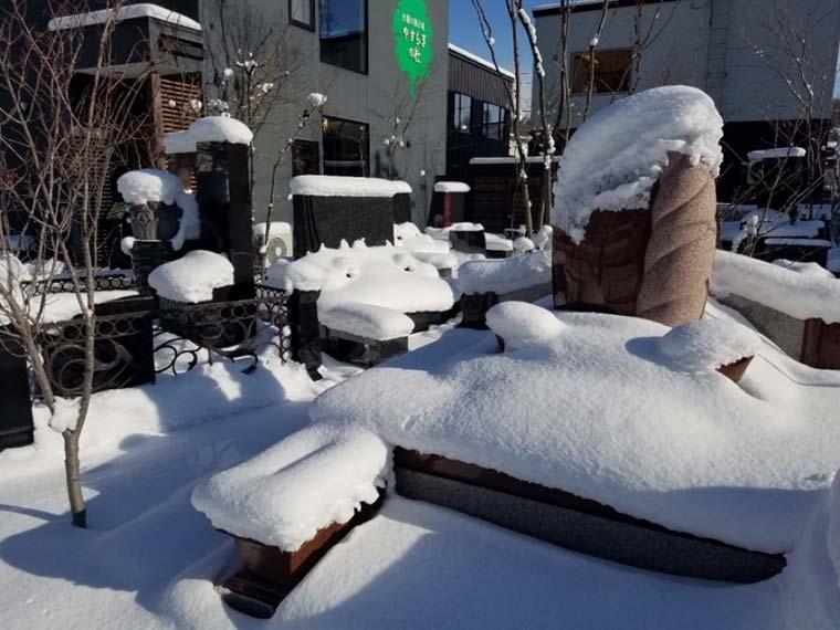 石屋千鳥 札幌店 墓石と雪